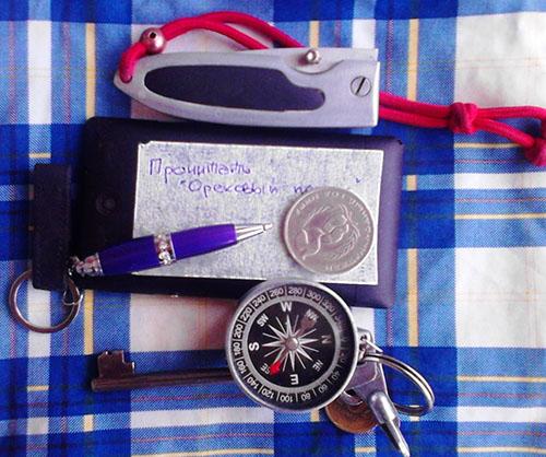 нож, смартфон, ручка, ключи, компас на брелке, олимпийский рубль